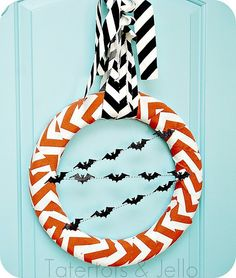 DIY Halloween Decor DIY Halloween Crafts: DIY Halloween Chevron Wreath d=f find cute ribbon to wrap around and i really like bats Spooky Halloween, Holidays Halloween, Halloween Crafts, Halloween Decorations, Halloween Wreaths, Happy Halloween, Halloween Birthday, Scream Halloween, Modern Halloween