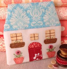 cottage needle case pattern, so cute Doll Crafts, Sewing Crafts, Sewing Projects, Sewing Tools, Needle Case, Needle Book, House Quilts, Fabric Houses, Stitch Magazine