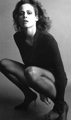 Sigourney Weaver by Helmut Newton Sigourney Weaver, Annie Leibovitz, Actrices Hollywood, Celebrity Portraits, Poses, People, Celebs, Celebrities, Famous Faces