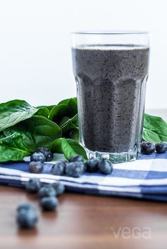Sneaky Green Smoothie: Whether you're a spinach skeptic or not, this blueberry spinach smoothie is packed with all the nutrients you need to get you up and keep you going all morning long. #VegaSmoothie #BestSmoothie