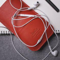 Červené pouzdro na mobilní telefon iPhone z pravé kůže. Ručně vyrobené kožené pouzdro na iPhone s použitím strojního šití. Možnost vlastního loga či nápisu.