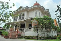 National Registry of Historic Sites and Structures in the Philippines: Santos-Hizon Heritage House* Philippine Architecture, Art And Architecture, Filipino House, Spanish Colonial Homes, Philippine Houses, Bamboo House, Bamboo Plants, Church Building, Famous Places