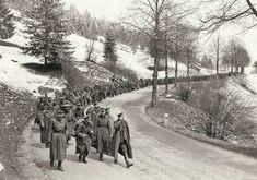 Milhares de oficiais alemães e homens podem ser vistos marchando de volta para a estrada a partir da montanha que uma vez defenderam. Embora tenham se rendido sem muita oposição, outras tropas alemãs ofereceram resistência fanática contra cidades-chave ao longo do caminho.