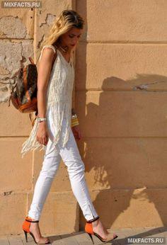 модная одежда для лета: белые брюки и топ с бахромой
