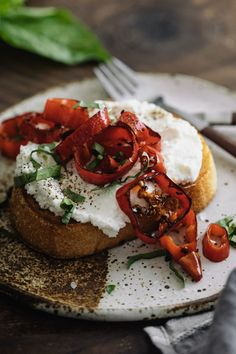 Ricotta Toast with Butter-Fried Peppers - Mmmmmh! Ricotta, Breakfast Toast, Savory Breakfast, Delicious Sandwiches, Wrap Sandwiches, Fried Peppers, Butter, Easy Food To Make, Tasty Dishes