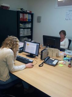 De medewerkers werken hard aan de factsheets over het sociaal leenstelsel