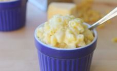 3 ingredient mac and cheese 4 c milk 2 c elbows 2 c shredded cheddar Boil milk, add pasta, cook for 8 minutes, stir in cheese til melted, Done! Toddler Meals, Kids Meals, Toddler Food, Toddler Recipes, Baby Recipes, Kid Friendly Dinner, Kid Friendly Meals, Quick Vegetarian Meals, Vegetarian Cooking
