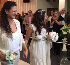 As advogadas Vicky Escobar, de 40 anos, e Romina Charur, 35, quebraram um copo com o pé no último domingo (10) em uma sinagoga de Buenos Aires.  Pela tradição judaica, cabe ao homem fazer esse gesto no fim de uma cerimônia de casamento. Uma alteração no ritual —e nas regras da religião—, porém, permitiu que cada uma delas o fizesse.  Esse foi o primeiro casamento homossexual judaico da América Latina, segundo a organização JAG (Judeus Argentinos Gays).