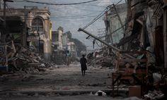 TERREMOTO NO HAITI (2010) A nação mais pobre das Américas foi abalada por um terremoto de 7.0 na escala Richter em 12 de janeiro de 2010. Mais de 3 milhões de pessoas ficaram sem casa e as mortes foram estimadas entre 100 mil e mais de 300 mil pessoas. A dificuldade de reconstrução do país levou a uma onda de imigração de haitianos ao Brasil, entrando clandestinamente pelo Acre.