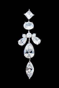 Ótima opção para festas, noivas e madrinhas. Brinco prata (banho de ródio) cravejado com pedras de zircônias cristal. 5,2 cm de comprimento.