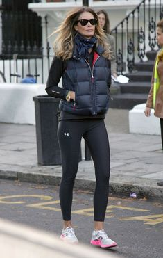 Elle MacPherson Photos Photos - Elle Macpherson keeps it sporty as she does the school run. - Elle MacPherson Walks to a School Athleisure Trend, Athleisure Outfits, Sporty Outfits, Athletic Outfits, Womens Sports Fashion, Sport Fashion, Fitness Fashion, Sports Day Outfit, Tennis Shoes Outfit