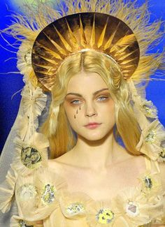 O anjo da garota tentou intuí-la para não se envolver nessas energias, o que evitaria sua captura.  Anjo da guarda plasmado na beleza de Jessica Stam veste Jean Paul Gaultier coleção de alta costura Verão 2007, afinal esse é um conto de moda.  The girl's angel tried to instruct her not to get involved in these energies, which would prevent his capture. Guard angel is molded in Jessica Stam's beauty and wears Jean Paul Gaultier couture Summer 2007 gown, after all this is a fashion story.