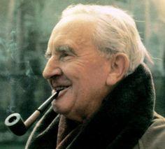 """No dia 2 de Setembro de 1973 morria John Ronald Reuel Tolkien, mais conhecido como J.R.R. Tolkien.  Tolkien foi professor universitário, lecionando a língua anglo-saxão em Oxford. Dentre os livros que escreveu estão """"O Hobbit"""" e a trilogia do """"O Senhor dos Anéis"""". Nessas obras, criou uma mitologia ficcional sobre o passado da Terra, um mundo novo, conhecido como Terra Média."""