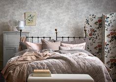 Sisusta makuuhuone ihanaksi budoaariksi! Sängyn lisäksi tarvitaan peilipöytä, nojatuoli, kokovartalopeili, sermi ja vaatekaappi.Katso Unelmien Talo&Kodin kooste kevään trendeistä makuuhuoneessa.
