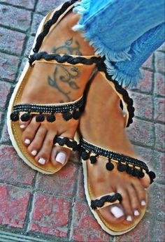 Χειροποίητα σανδάλια από γνήσιο δέρμα με νέο ανατομικό πάτο στολισμένο με πον πον, τρέσα και βαμβακερό κορδόνι.   http://handmadecollectionqueens.com/Σανδαλια-με-βαμδακερο-κορδονι-και-τρεσα  #handmade #fashion #women #sandals #summer #footwear #storiesforqueens