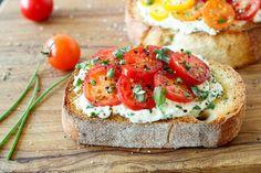 tomato crostini featured