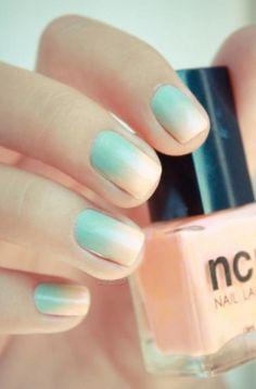 Ombré is niet alleen voor in je haar. Op je nagels kan het evengoed! Gebruik een sponsje om de 2 nagellakkleuren samen te blenden. (via Flair.be - http://www.flair.be/nl/beauty/279200/14-allerleukste-pastelnagels-van-pinterest)