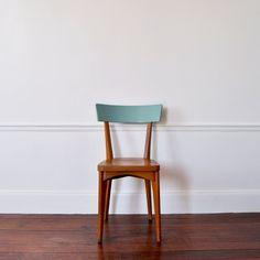 Chaise en bois en bel état, nettoyé et huilé.  Le dossier de la chaise a été peint en bleu pour lui apporter un peu de peps !