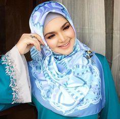 Smile Cute from Siti Nur Halizah 💖 - Malaysian Hijabi Girl Hijab, Hijab Outfit, Beautiful Hijab, Beautiful Women, Siti Nurhaliza, Mode Hijab, Pashmina Scarf, Ao Dai, Hijab Fashion