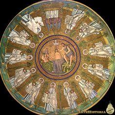 Baptisterio de los Arrianos (Ravena). Bautismo de Cristo. s.V. , mosaico. El arte paleocristiano presenta a Cristo desnudo inmerso en las aguas del Jordán, personificado como un dios fluvial romano. San Juan vestido con pieles. A la izq. El rio Jordán con pinzas de crustacio en la cabeza hace fluir el agua de un ánfora. La paloma representa la Trinidad que bajo del cielo para reconer al hijo de Dios, rodeado de los Apóstoles.
