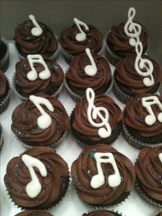 Chocolate cupcakes for a music themed party Mais Music Themed Cakes, Music Cakes, Music Themed Parties, Themed Cupcakes, Violin Cake, Bolo Musical, Music Theme Birthday, Sweet 16 Parties, Sweet 16 Birthday