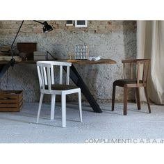 """La sedia Tina è costruita usando piccole doghe in massello che replicano lo stile delle botti o dei tini, da qui """"la stecca"""" diventa l'elemento principale della collezione."""