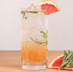 Proper Tastys Rezept: Gib einen Esslöffel Rohrzucker, einen Estragonzweig und 50 ml frischen Grapefruitsaft in ein Glas und zerstoße alles. (Der Grapefruitsaft wird am besten direkt gepresst und gefiltert, um die Stückchen loszuwerden.) Füge einen Schuss Gin hinzu und fülle dann das Glas mit Eiswürfeln. Übergieße das Ganze mit Tonic. Tipp: Mit einer Grapefruitspalte ist es noch besser.– Proper Tasty