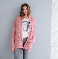Elégance et sobriété sont au rendez-vous pour ce gilet aux tons rosés. Ce modèle est réalisé en PHIL LOOPING coloris berlingot. Modèle n°03 du mini-catalogue n°673, 16 looks d'hiver, automne-hiver 2017 Gilet Rose, Crochet Cardigan, Crochet Clothes, Knitwear, Knitting Patterns, Couture, Sweaters, Cardigans, Fabric