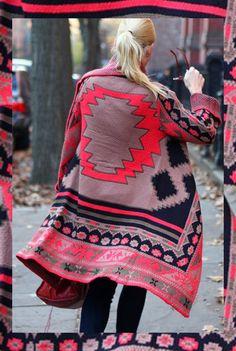 ....Un buen abrigo de lana , de inspiración altiplanica, persa ...es un buen elemento , para un todo simple