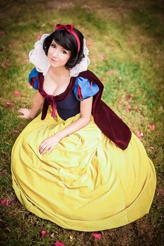 Character: Snow White / From: Walt Disney Animation Studios 'Snow White' / Cosplayer: Riki 'Riddle' LeCotey (aka Riddle's Messy Wardrobe, aka Riddle1) / Photo: Andy K. Photography (2015)
