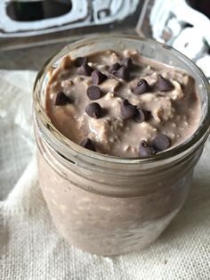Decadently delicious chocolate peanut butter overnight oats Cold smooth creamy and the most satisfying summer treat So tell me Are you more of a breakfast for breakfast p. Weight Watcher Overnight Oats, Protein Overnight Oats, Overnight Oats In A Jar, Chocolate Overnight Oats, Peanut Butter Overnight Oats, Overnight Breakfast, Chocolate Oats, Oats For Breakfast, Dairy Free Overnight Oats