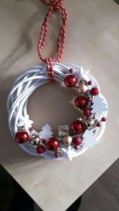 Kúpili len holý kruh z prútia za pár drobných: Keď uvidíte tie úžasné nápady, na prečačkané vence v obchode už ani nepozrite! Christmas Swags, Christmas Mood, Holiday Wreaths, Christmas Tree Ornaments, Christmas Projects, Holiday Crafts, Theme Noel, Diy Weihnachten, Diy Wreath