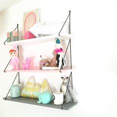 Estanterías cool para habitaciones cool. Qué color te gusta? #white #pink #grey #kidsdeco #shoponline #kmfamily #barcelona
