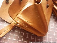 Diy Leather Books, Sewing Leather, Leather Craft, Leather Wallet, Leather Bag Tutorial, Leather Bag Pattern, Sew Wallet, Diy Leather Projects, Wallet Pattern