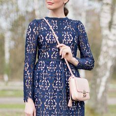 Outfit: Navy Lace Dress | Mood For Style - Fashion, Food, Beauty & Lifestyleblog | Outfitpost mit einem navyblauem Spitzenkleid von Zara, einer Tasche von Coccinelle, einer Sonnenbrille von Dior und nudefarbenen Pumps von Michael Kors.