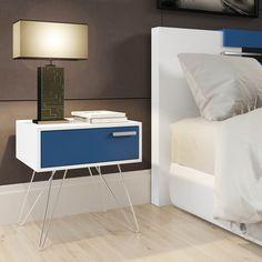 Que tal um criado-mudo moderno e vintage? O design dos pés palitos dão um estilo incrível à decoração do seu quarto! #Prod150951
