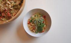 Deze zomerse couscous salade is fris, voedzaam en ontzettend gezond! Deze maaltijd is makkelijk te maken en heerlijk tijdens de lunch of het avondeten.