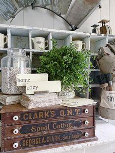 Antique Farmhouse, Farmhouse Kitchen Decor, Farmhouse Chic, Farmhouse Ideas, Old House Decorating, Decorating Ideas, Antique Booth Ideas, Architecture Art Design, Vintage Flash