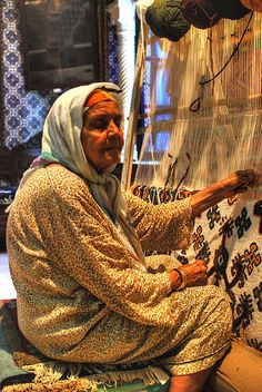 Kairouan, Tunisia | 2009 ... can't tell much about the loom but the weaving and weaver deserve to be shared