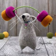 ads ads Needle felted mouse lifting weights in the gym and working on his body. ************************************************** ************************** I felt my article company, which takes… Felt Crafts, Fabric Crafts, Diy And Crafts, Needle Felted Animals, Felt Animals, Wet Felting, Needle Felting, Felt Mouse, Learn Art