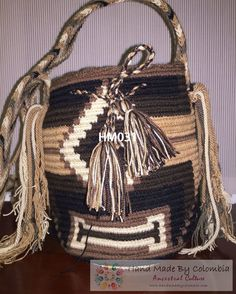 mochilas Wayúu 100% originales hechas a mano bajo técnicas milenarias.  Wayuu backpacks 100 % original handmade on ancient techniques