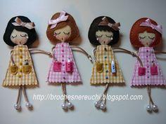 Pedido para Alicante terminado, enviado y recibido.            Suerte Victoria!!!! Espero que pronto me puedas pedir más.   Y un pequeño ade... Fabric Dolls, Paper Dolls, Felt Decorations, Felt Brooch, Hand Art, Felt Diy, Soft Dolls, Doll Crafts, Cute Dolls
