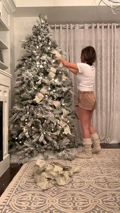 Elegant Christmas Trees, Ribbon On Christmas Tree, Christmas Tree Themes, Christmas Table Decorations, Noel Christmas, Christmas Crafts, Flocked Christmas Trees, Xmas Trees, Silver Christmas