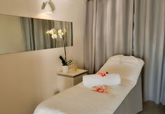 Skincare room Massage Therapy Rooms, Massage Room, Spa Massage, Facial Esthetics, Treatment Rooms, Beauty Studio, Salon Design, Beauty Room, Reiki Room