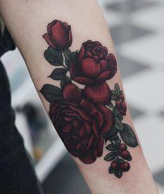 Tatouage roses rouges foncés intenses