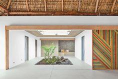 Cemento pulido, color mostaza y naturaleza para una casa en la playa | Decorar tu casa es facilisimo.com