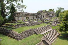 Palenque, ubicado al noreste del estado de Chiapas, y muy cerca del río Usumacinta, es una de las ciudades más notables la cultura maya. Agraciada por una selva tropical densa y por numerosas cascadas y ríos, este lugar ofrece abundantes opciones de paseo para el visitante, aparte de la obvia recreación cultural que otorga la ida al sitio arqueológico.