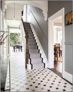 128 wonderful farmhouse hallway design ideas to revitalize your home 13 Victorian House Interiors, Victorian Terrace House, Georgian Interiors, Victorian Homes, Victorian Living Room, Edwardian Haus, Edwardian Hallway, Edwardian Staircase, Entrance Hall Decor