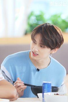 gen ♡ gifs watching seventeen reinvent the meaning of talent Woozi, Jeonghan, Wonwoo, Seungkwan, Going Seventeen, Seventeen Debut, Hip Hop, Shenzhen, Astro Sanha