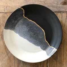 Black, white and gold line dinnerplates. Really love the kintsugi like appearanc. - Black, white and gold line dinnerplates. Really love the kintsugi like appearanc. - Black, white and gold line dinnerplates. Really love the kintsugi like appearanc. Kintsugi, Glazes For Pottery, Ceramic Pottery, Pottery Plates, Ceramic Plates, Ceramic Art, Love Ceramic, Cerámica Ideas, Nail Ideas
